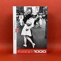 پازل 1000 تکه یوروگرافیکس LIFE V-J Day Kiss in Times Square (بوسه در میدان تایمز)